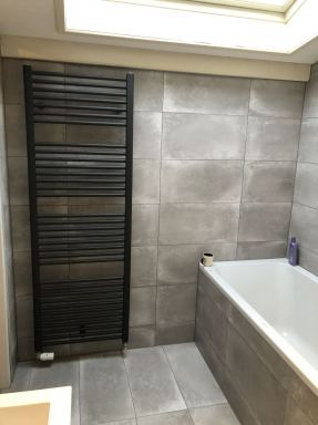 In Lelystad een mooie badkamer renovatie gedaan met zwarte sanitair en radiator