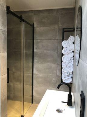 Badkamer met grote inloop douche met schuifdeur.