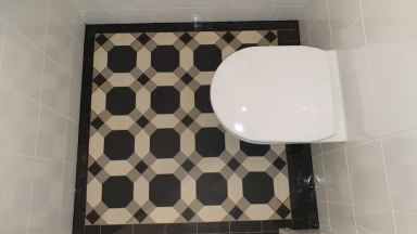 Toilet met mozaïekvloer