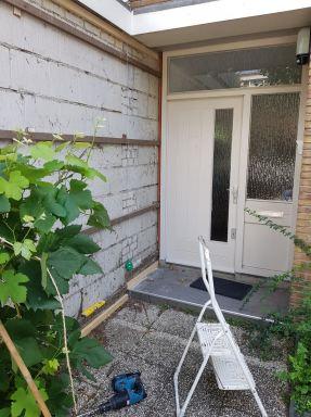 Een garage met bekleden met MILIN kunststof gevelbekleding in Alblasserdam