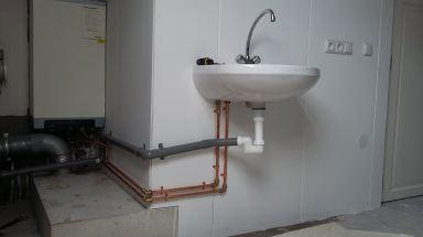 Zolderopbouw Naaldwijk - monteren wasbak