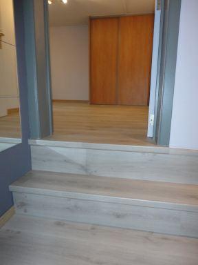 nachthal en slaapkamer voorzien van laminaat vloer in omgeving Affligem