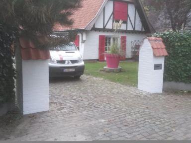 Metsen en schilderen poortstijlen met brievenbus te Heusden