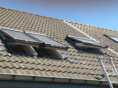 Vervangen oude dakramen door Velux wentelramen met Integra buiten zonneschermen te Oordegem