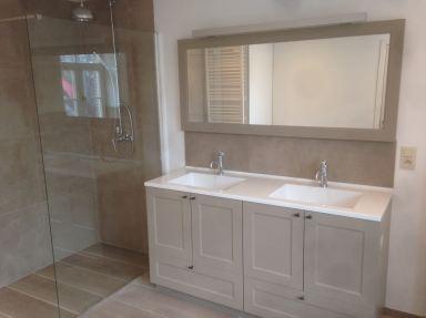 Renovatie badkamer met landelijk meubel,inloopdouche en ligbad te Kalken
