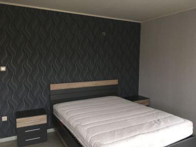 Slaapkamer schilderwerken met accentmuur achter het bed