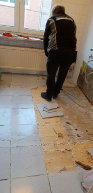 Uitbraak van de oude vloertegels die deels losgekomen waren.