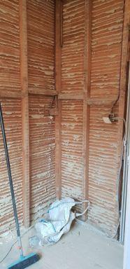 Oud bezetwerk was nog op houten latjes, deze moest eerst verwijderd worden.