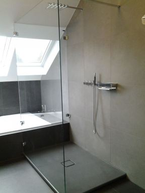 Badkamer met douche en bad  Ottenburg
