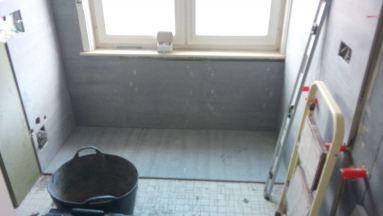 Badkamer tegelen in Aarschot en het hangtoilet is ook onder constructie