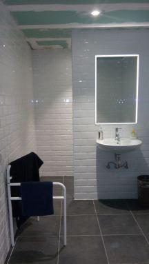 realisatie minimalistische badkamer te Leuven met metrotegels
