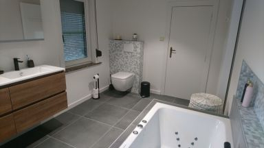 Badkamer met massage-bad in Overijse