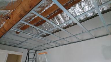 Plaatsen van metal-stud constructie voor vals plafond in de slaapkamer