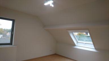 Slaapkamer geschilderd, verlichting geplaatst volledig afgewerkt