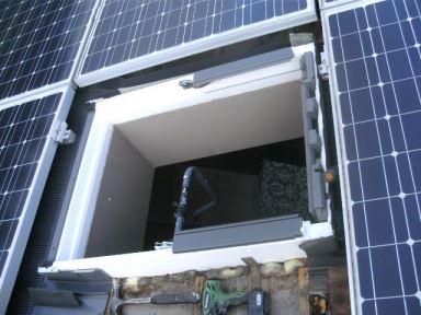 Vervanging van een Velux dakvenster ingesloten door zonnepanelen te Bilzen.