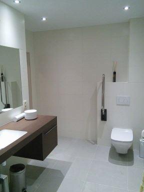 Het badkamer werd zo gekozen dat er met de rolstoel onder in gereden kan worden.