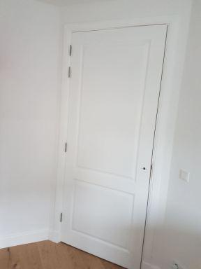 Compleet plaatsen van deuren met architraven en aflakken
