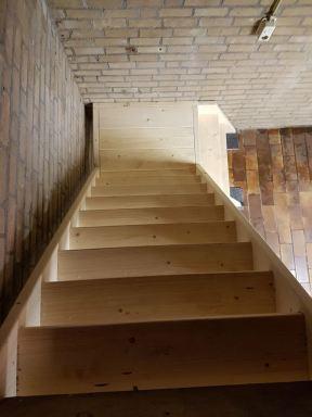 Maken en plaatsen van een handgemaakte trap naar kelder garage, Kaatsheuvel