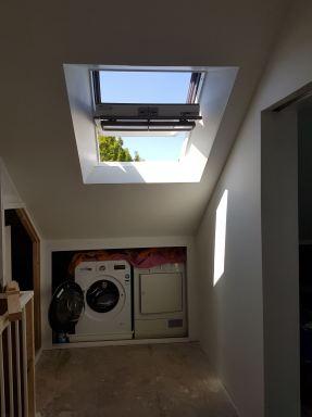 Zolderverbouwing Breda (eindresultaat voorzolder met extra Velux kiepkantelraam met luxe afwerking, stucplafond, schuifwand tbv wasmachine en wasdroger)