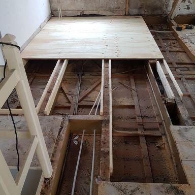 Renovatie monumentaal pand, Reconstructie eerste verdiepingsvloer, aanleggen  leidingwerk cv, warm en koud water en riool s'Gravenmoer
