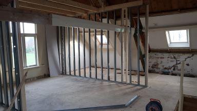 Renovatie monumentaal pand, eerste verdieping nieuw indeling realiseren met geïsoleerde metal stud wanden afgewerkt met gipsplaten. s'Gravenmoer