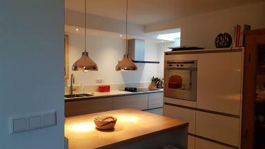 Complete renovatie keuken, strakke wanden, led spots, ruim opgezet, Waalwijk
