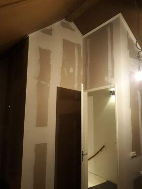 Zolder wanden geplaatst om een nieuwe slaapkamer te creëren Doesburg