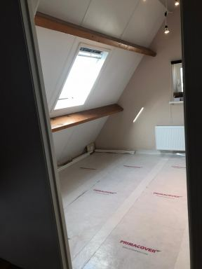 Spantaftimmering en Velux dakraam op zolder