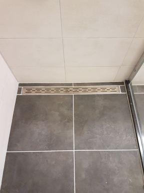 Verbouwing badkamer Helmond inloopdouche gevoegd en glazen scheidingswand geplaatst