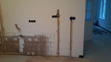 Aanpassen leidingwerk t.b.v. nieuwe keuken dozen boren  en leiding frezen.