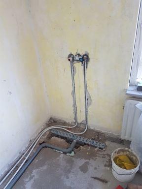 Extra inloopdouche met elektrische boiler op slaapkamer in  Best leidingwerk en easy drain douchegoot inloopdouche