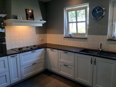 Achterwand keuken betegeld met handvorm tegeltjes in Oirschot