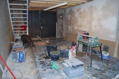 om de vloer te leggen in Gerwen, hebben we de oude  vloer verwijdert, de nieuwe Vietnamese hardsteen is in de cement gelegd.