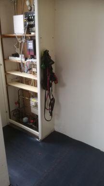 meterkast met een kapstok ruimte er naast