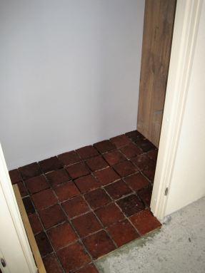 Oude estrikken vloer, doorleggen van toilet naar de hal. Toilet Arnhem.