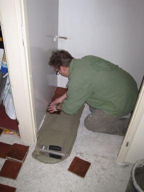 Oude estrikken verlijmen op de vloer. Toilet Arnhem.