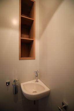 Kleine inbouwkast voor toilet spullen gemaakt. Wastafel en accessoires gemonteerd Arnhem.