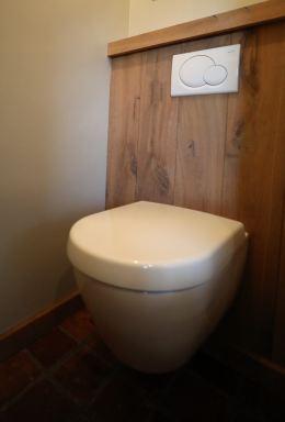 Inbouwreservoir afgewerkt met eikenhout, montage zwevend toilet Arnhem.