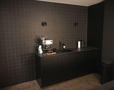 Tegelwand keuken, met 10x10 tegels zwart Oosterbeek