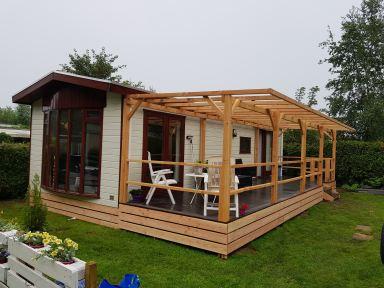 Maatwerk vlonder en overkapping van douglas hout gemaakt en geplaatst in Lattrop-Breklenkamp.
