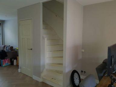 Van open trap naar dichte trap met daar onder een gesloten opbergkast In Enschede