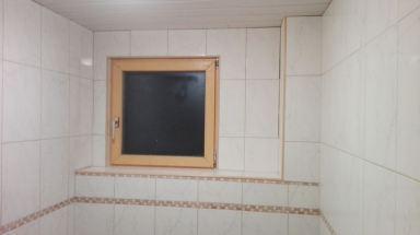 Betegelen van de wanden in badkamer te Olmen