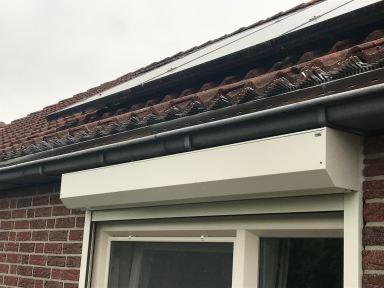 Lichtenvoorde.  Beschadigd dakbeschot, oplossing marterrooster aanbrengen in dakgoot eerste rij pannen