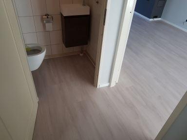 Pvc vloer doorgelegd naar hal en toilet woning Dordrecht