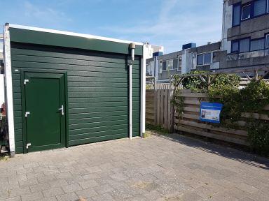 Berging/schuur voorzien van nieuwe kunstof gevel en deur met kozijn in Dordrecht