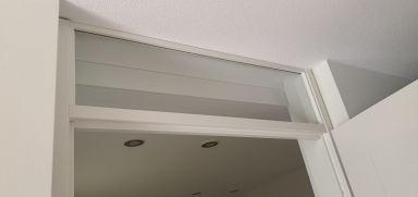 Plafond van afwasbare matte kunststof panelen met inbouwspots verlaagd
