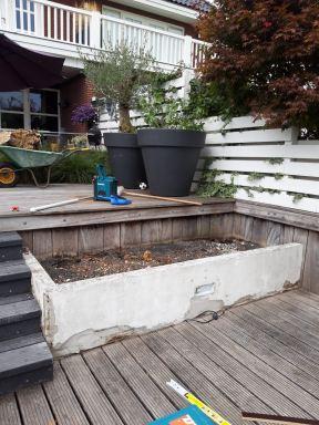 Oude vervallen bloembakken gerenoveerd en tevens zitplaatsen van gemaakt, Kaagdorp. Voor de werkzaamheden.