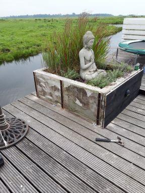 Oude vervallen bloembakken gerenoveerd en tevens zitplaatsen van gemaakt in Kaagdorp. Voor de werkzaamheden.