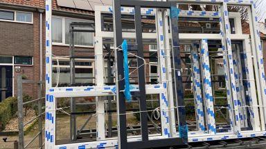 De nieuwe kozijnen zijn aangekomen met dank aan de firma SK Geveltechniek uit Haaksbergen