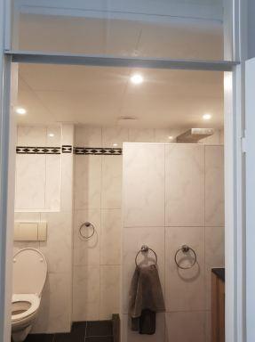 Verlaagd plafond met 3 lichypunten en afzuiging badkamer in Rosmalen